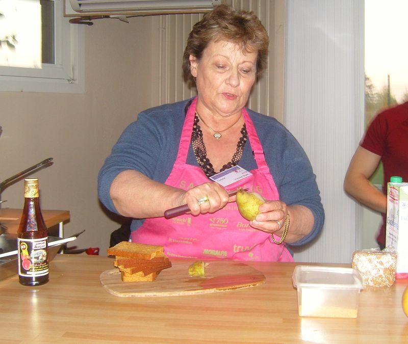 Mamina prépare les poires pochées  farcies au gorgonzola