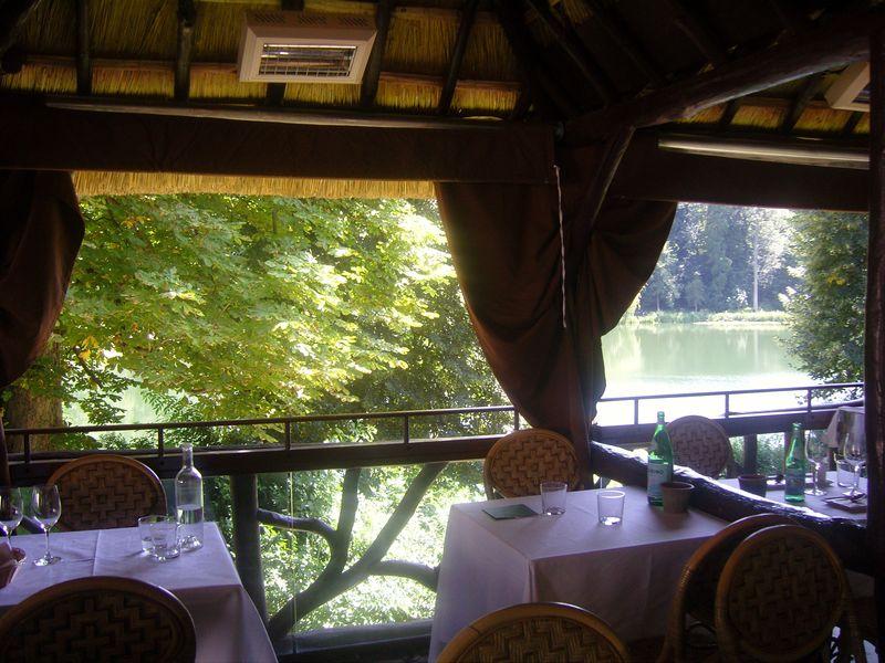 Les étangs de Corot Paillotes table