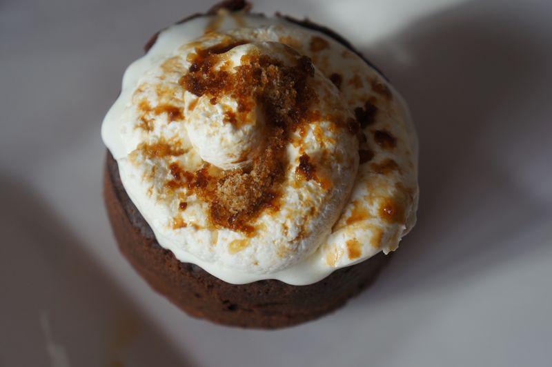 Granité au café sur gâteau chocolat tiède