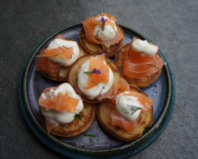 Mini Blinis au Saumon Fumé et sa chantilly aux herbes